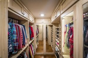 Walk-in-Closet-Whit